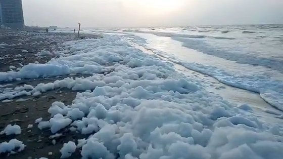 A espuma desloca-se para a frente e para trás com a força do mar