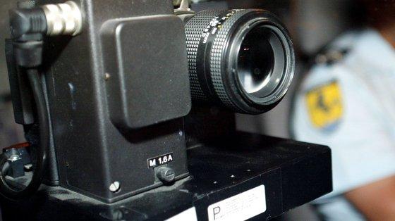 É proibida a instalação de quaisquer aparelhos suscetíveis de revelar a presença de instrumentos destinados à deteção de infrações