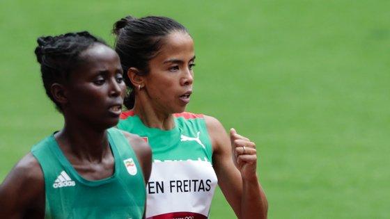 A portuguesa Marta Pen (D) terminou hoje em 28.º lugar nas eliminatórias dos 1.500 metros dos Jogos Olímpicos Tóquio2020, no Estádio Olimpico de Tóquio, 02 de agosto de 2021. TIAGO PETINGA/LUSA