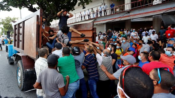 As restrições específicas poderão limitar o fluxo de informação a partir de Cuba, após os grandes protestos de domingo
