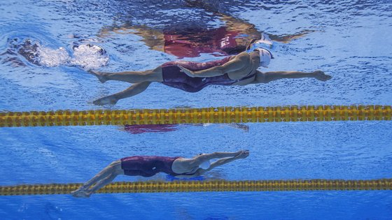 epa09364450 (From top) Kylie Masse and Taylor Ruck of Canada compete in the women's 100m Backstroke Heats during the Swimming events of the Tokyo 2020 Olympic Games at the Tokyo Aquatics Centre in Tokyo, Japan, 25 July 2021.  EPA/Patrick B. Kraemer