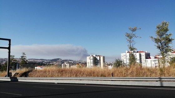 Durante o dia, foi possível ver o fumo a vários quilómetros de distância