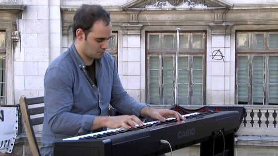André Barros é natural da Marinha Grande e produz peças frequentemente usadas nas indústrias publicitária e cinematográfica