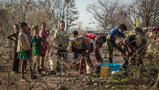 """População atingida  pela seca. do município dos Gambos, 150 quilómetros a sudeste da capital da Huíla, Lubango, Angola, 11 setembro 2019.""""Fuba"""" (farinha), raízes e frutos silvestres: em vastas áreas da província angolana da Huíla, onde não chove desde fevereiro, são estes os alimentos que ainda ajudam a matar a fome da população atingida pela seca.  (ACOMPANHA TEXTO DIA 12 NOVEMBRO 2019). AMPE ROGERIO / LUSA"""