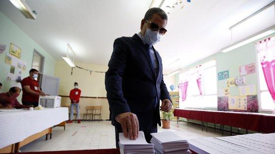 O próximo chefe de governo vai ter de aplicar o roteiro de Tebboune, começando com as eleições locais até ao final do ano