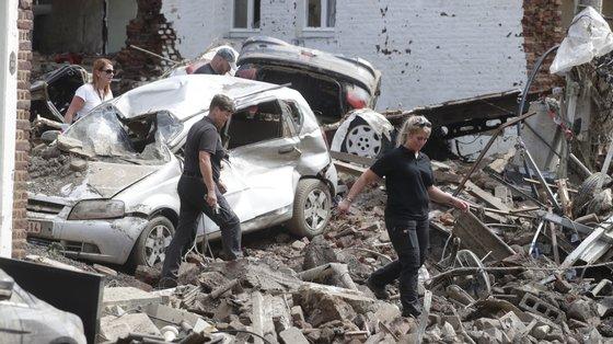 Na terça-feira, dia de luto nacional na Bélgica, a região da Valónia (sul e leste francófono) anunciou a criação de um fundo para recolher até dois mil milhões de euros para a reconstrução, que levará anos