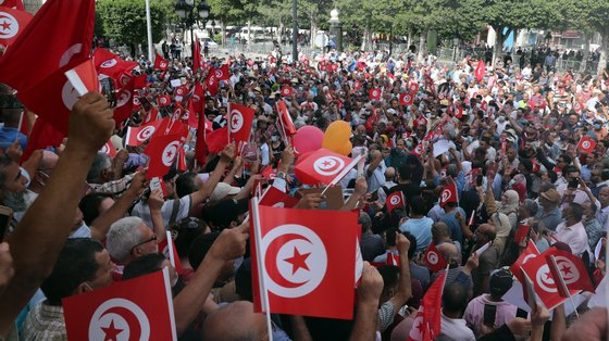epa09489661 Opponents of Tunisia's President Kais Saied shout slogans as they take part in a protest against what they call his coup on 25 July, in Tunis, Tunisia, 26 September 2021. Tunisian President Saied suspended the country's parliament and dismiss the Prime Minister Hichem Mechichi on 25 July 2021.  EPA/MOHAMED MESSARA