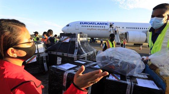 Além das vacinas, o carregamento enviado por Portugal inclui ainda material médico, nomeadamente seringas e agulhas