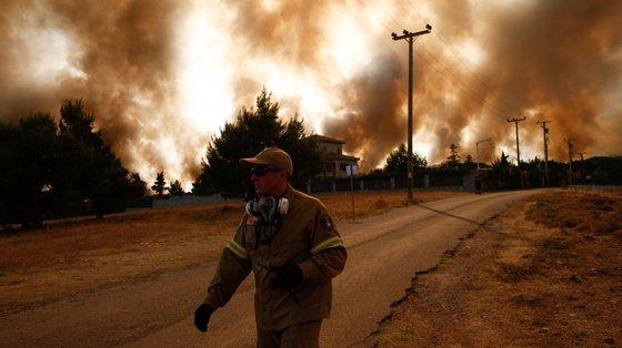 A Grécia permanece confrontada com incêndios que os peritos relacionam sem equívoco ao aquecimento do planeta