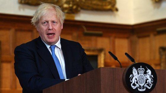 """Boris Johnson confirmou também que as pessoas com vacinação completa deverão ser isentas de quarentena na chegada de países da """"lista amarela"""""""