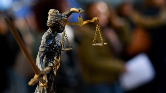 Segundo a estrutura sindical, os funcionários judiciais têm ao longo de anos e anos assistido a sucessivas promessas, ao mais alto nível, de integração do suplemento remuneratório e de regularização do preenchimento dos quadros, sem qualquer tipo de resultados