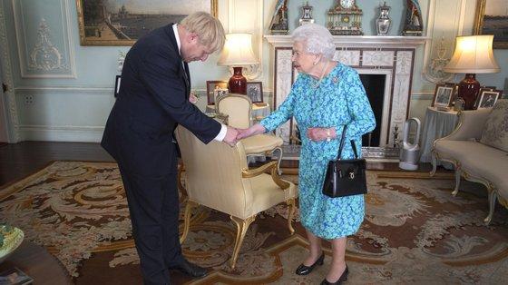 Boris Johnson e a Rainha tinham encontros semanais que, rapidamente, passaram a quinzenais com o avanço da pandemia e, mais tarde, deixaram totalmente de existir.