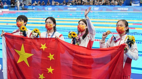 epa09375509 Team China's Junxuan Yang, Muhan Tang, Yufei Zhang and Bingjie Li celebrate with their gold medalsl after the Women's 4 x 200m Freestyle Relay Final during the Swimming events of the Tokyo 2020 Olympic Games at the Tokyo Aquatics Centre in Tokyo, Japan, 29 July 2021.  EPA/NIC BOTHMA