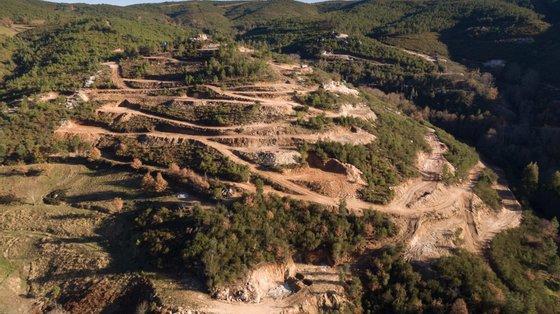 Está prevista a instalação de um estabelecimento industrial (lavaria) de tratamento da mineralização, a exploração decorrerá num período de 12 anos e requererá de 201 a 243 trabalhadores