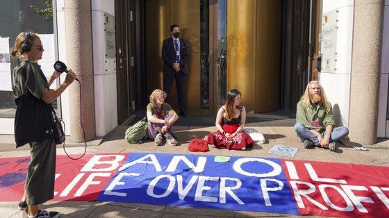 Dezenas de ativistas foram disfarçados de ursos polares ou de monstros para a frente da entrada do Ministério do Petróleo e da Energia
