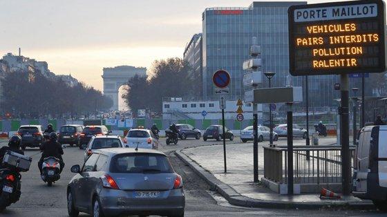 O excesso de trânsito e de poluição é um problema regular que os parisienses têm de enfrentar, pelo que a câmara local anunciou uma série de medidas para retirar os carros da cidade ou, pelo menos, para obrigá-los a circular substancialmente mais devagar