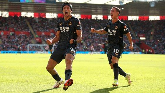 Raúl Jiménez voltou aos golos frente ao Southampton e festejou junto dos adeptos visitantes com Daniel Podence