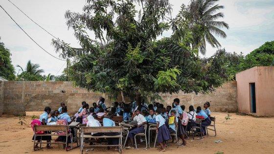 Existem no país 28.269 salas feitas em capim e adobe (barro), segundo o Ministério da Educação