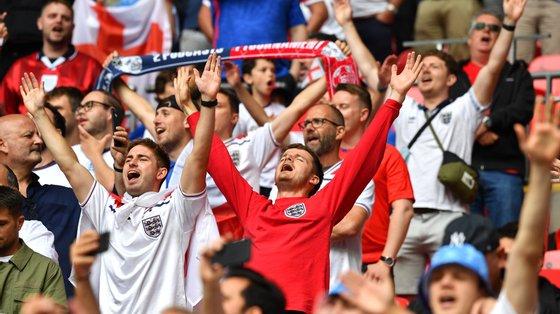 Os adeptos ingleses no jogo dos oitavos-de-final entre Inglaterra e Alemanha, em Londres, na terça-feira