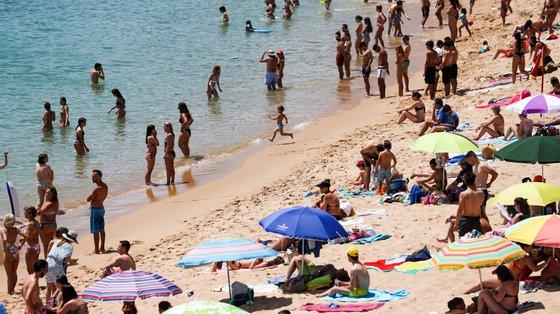 Na praia, as toalhas devem estar a 1,5 metros de distância e os chapéus a três metros