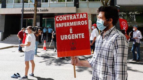 Enfermeiros protestam durante a jornada de ação e luta, organizada pela CGTP-IN, junto ao ministério da Saúde, nesta quinta-feira