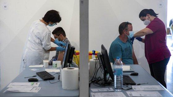 O dirigente afirma que o Ministério da Saúde deve garantir a contratação de recursos adicionais para os centros de vacinação