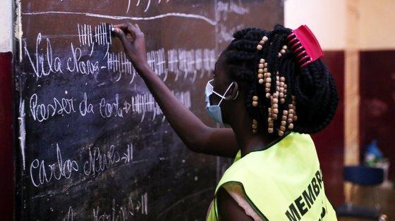 Trabalhadores das mesas de eleições a contar os votos, na Ilha de São Tomé, no domingo