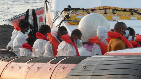 Atualmente no centro de acolhimento da ilha de Lampedusa, com capacidade para 250 pessoas, estão 865 migrantes