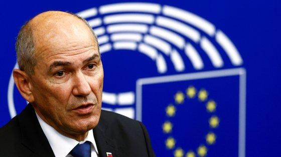 O relatório da Comissão Europeia indicava que a liberdade e o pluralismo têm diminuído nos meios de comunicação eslovenos e denunciou a existência de casos de assédio online e ameaças a jornalistas