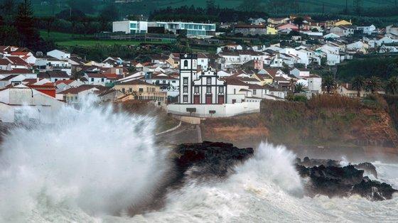 """A estrada E.R. N.º1-1ª, entre Nordeste e Água Retorta, está """"encerrada por tempo indeterminado e a zona entre Várzea e João Bom está a ser desobstruída"""