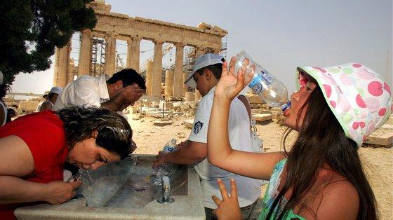 No verão de 1987, uma onda de calor semelhante prolongou-se durante 11 dias e provocou a morte a cerca de três mil pessoas, 2.300 das quais em Atenas