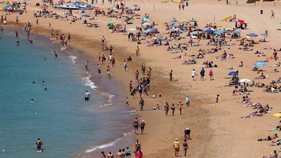 """Na segunda-feira, a Autoridade Marítima Nacional anunciou que tinha detetado na zona """"a presença de água de cor castanha e de odor intenso na praia, tendo sido hasteada a bandeira vermelha"""""""