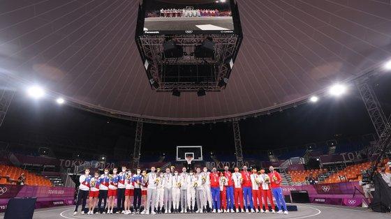 Os primeiros medalhados de sempre do basquetebol 3x3 nos Jogos: ouro para Letónia e EUA, prata para Rússia, bronze para Sérvia e China