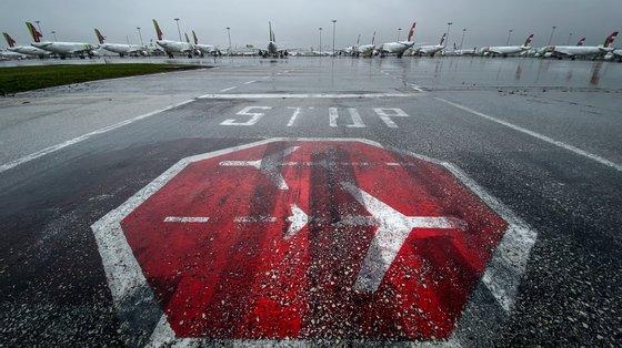 O Governo refere que compete às companhias aéreas a verificação da existência do teste no momento da partida