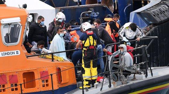 Segundo a BBC, quase 8.000 pessoas transportadas em cerca de 345 barcos chegaram à costa britânica desde o início do ano