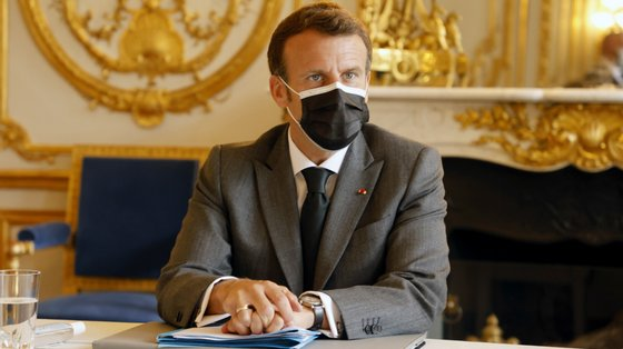 Emmanuel Macron nota que a estirpe detetada na Índia afeta as pessoas que ainda não estão vacinadas ou que só levaram uma dose