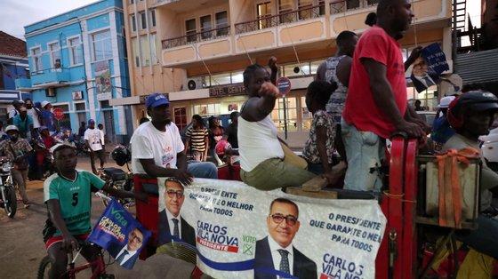 Apoiantes de Carlos Vila Nova gritam palavras de ordem pela rua, durante uma marcha de celebração por ser o candidato mais votado, na segunda-feira
