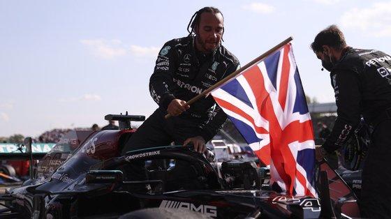 Lewis Hamilton, vítima de muitos abusos racistas nas redes sociais, após um acidente durante a corrida