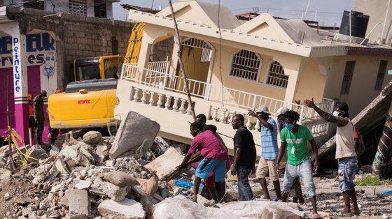 """""""As vidas das crianças e dos adolescentes salvos do terramoto estão agora ameaças por doenças evitáveis, porque não tem acesso a água potável"""""""