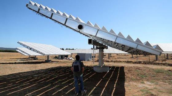 """""""Estas unidades captam a radiação solar, concentram a radiação solar 1.500 vezes e, tirando partido dessa energia concentrada e do calor que isso produz"""", é realizada """"a eletrólise para produção do hidrogénio verde em alta eficiência"""", o que se reflete """"em baixo custo"""""""