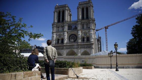 Macron decidiu que toda a catedral seria reconstruída exatamente para voltar a ficar idêntica a como estava antes de ser atingida pelas chamas