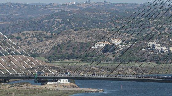 A ponte rodoviária liga Castro Marim, no Algarve, a Ayamonte, na região espanhola da Andaluzia