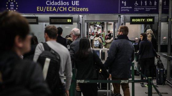 Cidadãos utilizam a nova área de controlo de chegadas do Serviço de Estrangeiros e Fronteiras (SEF) no Aeroporto Humberto Delgado, em Lisboa, 10 de fevereiro de 2020.  MÁRIO CRUZ/LUSA