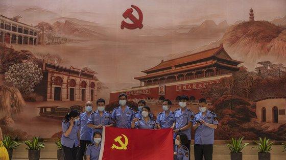 """""""O PCC é um partido com 95 milhões de membros, quase 100 milhões; este partido é quase um partido do povo todo"""", explica Ai Weiwei"""