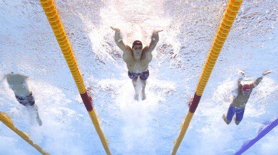 Caeleb Dressel não deu hipóteses na final dos 100 metros mariposa que começou o dia, batendo o seu próprio recorde mundial