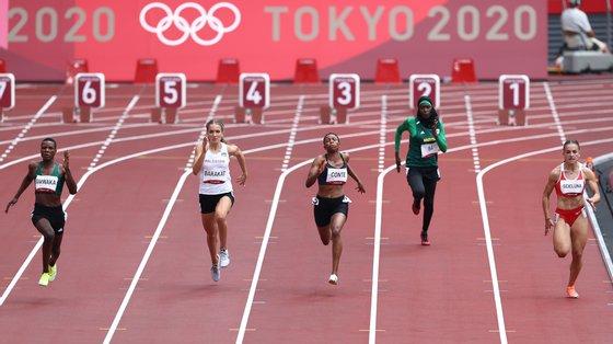 Houleye Ba, na pista 2, foi a menos rápida entre as mais rápidas das eliminatórias antes das mais rápidas entre as mais rápidas fazerem a final