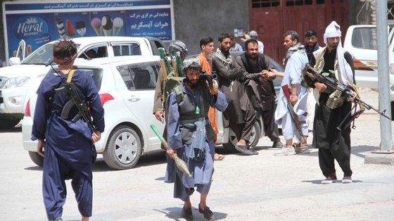 A pior luta entre os talibã e as forças de segurança afegãs na terça-feira foi na cidade de Lashkar Gah, capital da província sul de Helmand, tendo o exército pedido a evacuação da cidade para uma grande contraofensiva