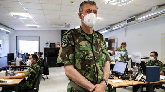 O vice-almirante e coordenador da task-force para a vacinação, Gouveia e Melo, na sala de operações da sede em Carcavelos, Oeiras