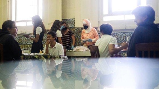 Ghalia Taki (C), refugiada síria, participa numa mostra de comida síria no Colégio do Bom Sucesso, em Carcavelos, 16 de junho de 2021. Ghalia sente-se totalmente integrada em Portugal, é intérprete e mediadora do Serviço Jesuíta aos Refugiados. (ACOMPANHA TEXTO DO DIA 29/06/2021) MÁRIO CRUZ/LUSA
