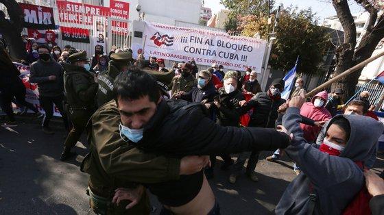 Cubanos que se manifestavam para exigir a liberdade dos presos políticos enfrentaram partidários do regime, em frente à Embaixada em Santiago, nesta sexta-feira